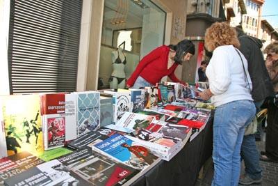 Es van vendre una cinquantena de llibres dels centenars que vam treure al carrer. L'objectiu difondre la cultura de la llibertat, difondre la Idea.