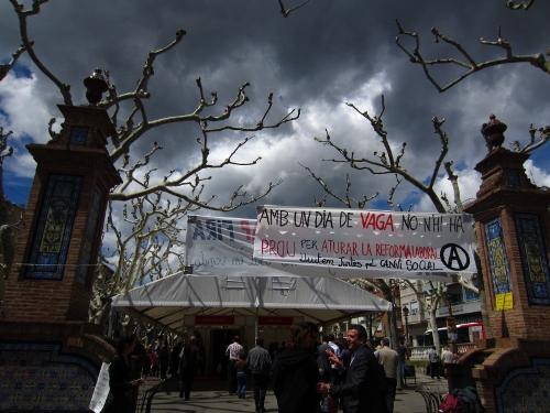Pancarta al Vall, per conscienciar que amb una vaga general no hi ha prou per aturar la reforma laboral