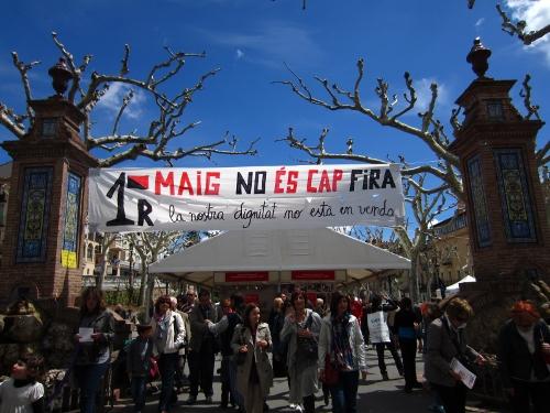Pancarta reivindicant el Primer de Maig al vall on es fa la fira. Durant la jornada al vall es van repartir fulletons anarcosindicalistes, demanant la llilbertat de la Laura (CGT Barna) i pèsols negres.)