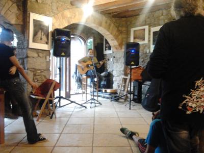 Manolito tocant després del dinar pro-pèsol negre a Manresa