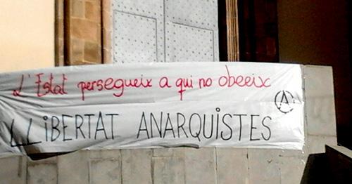 Pancarta exigint la llibertat de les companyes anarquistes detingudes, penjada a la plaça de sant Pere de Berga.