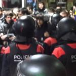Els Mossos desallotgen a les manifestants per un transport públic gratuït