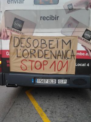 imatge d'un mural enganxat a un autobús de la campanya stop101