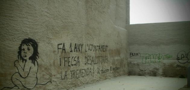 Graffit aparegut al solar del CSO La Tremenda a un any de la seva demolició