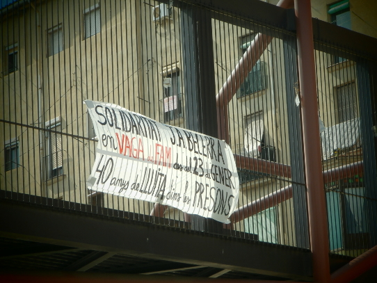 Pancarta en solidaritat amb en J. A. Becerra penjada a la passarel·la  de les Escodines