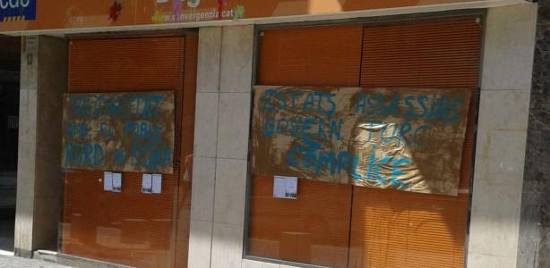 """Cartells enganxats a la seu de CiU de Manresa: """"Solidariat amb el poble kurd de Rojava"""" i """"Estats assassins, govern turc còmplice"""""""