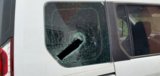 Un dels vidres d'un vehicle de l'Estrep després de l'atac del 22 de setembre